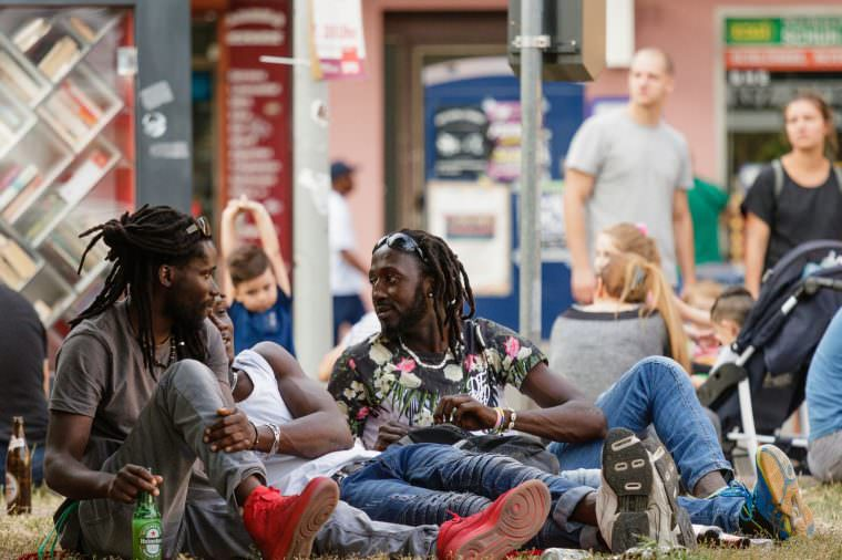 Viele Bewohner*innen des Stadtteils wurden von Musik und Hüpfburg angezogen | Foto: CKI