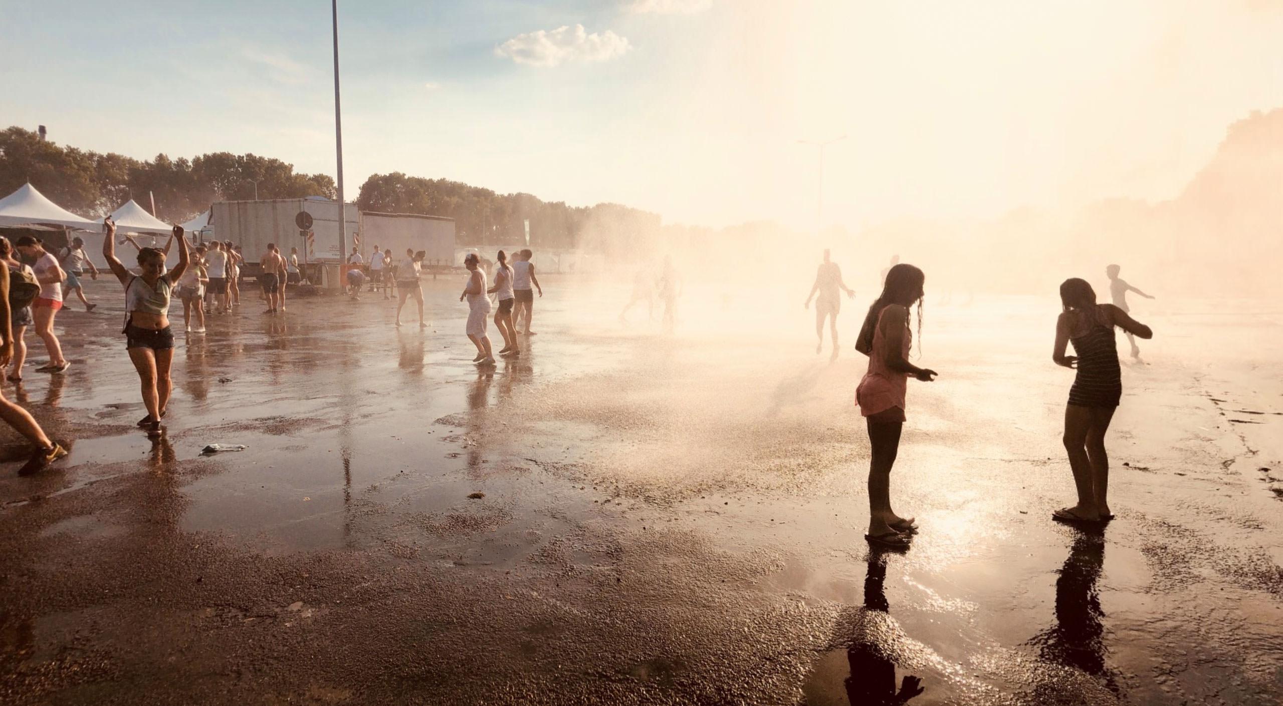 Die brutzelnden Festivalbesucher waren sichtlich erfreut über die kalte Dusche | Foto: Luigi Toscano (luigi-toscano.de)