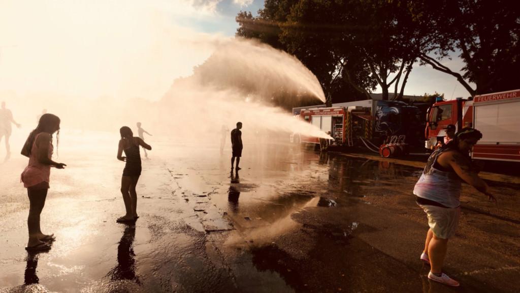 Feuerwehr erfrischt Festivalbesucher auf dem Neuen Messplatz | Foto: Luigi Toscano (luigi-toscano.de)