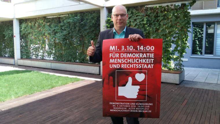 """dekan plakat foto devos 760x428 - """"Unser Zusammenleben braucht Menschlichkeit"""""""