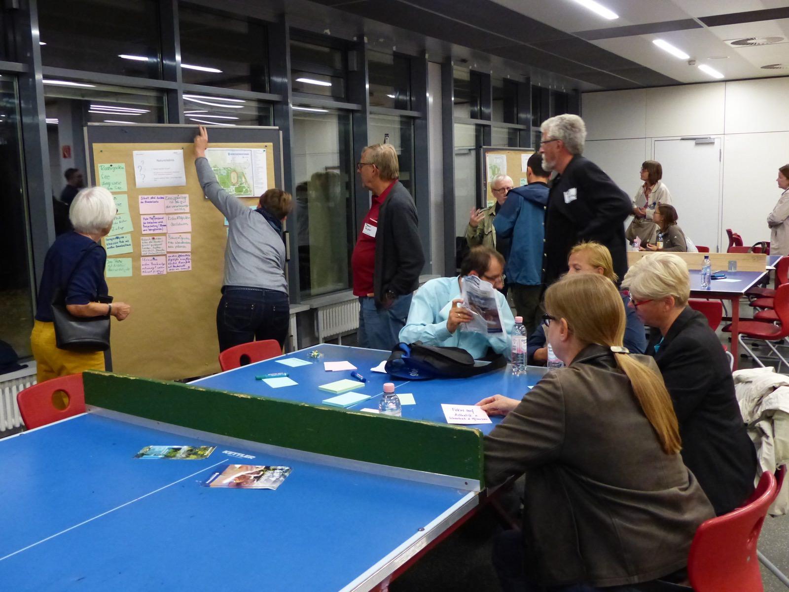 Die Teilnehmer*innen wechselten von Tisch zu Tisch | Foto: Hans-Jürg Liebert