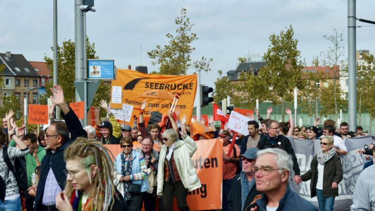 Der orangene Block der Seebrücke-Initiative | Foto: M. Schülke