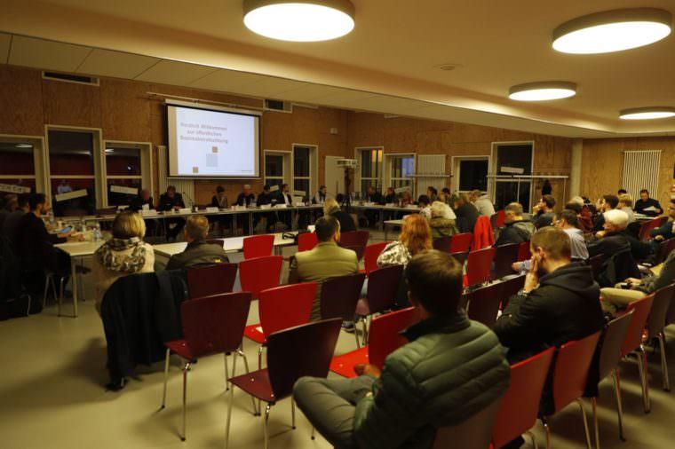 Die Bezirksbeiräte und Stadträte übten harsche Kritik an den beiden Behördenchefs | Foto: CKI