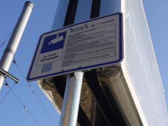 Wer es schafft, den QR-Code zu scannen, kann die Informationen auch auf Englisch oder Türkisch lesen | Foto: M. Schülke