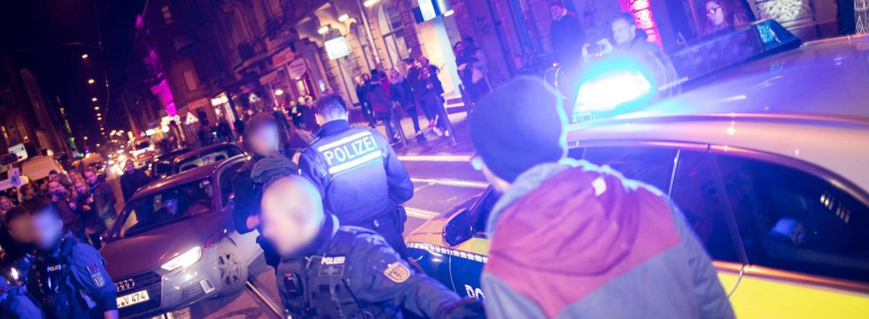 Wegen einer mutmaßlichen Beleidigung riskierten Polizeibeamte eine Eskalation auf dem belebten Stadtteilfest   Foto: CKI