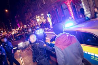 Wegen einer mutmaßlichen Beleidigung riskierten Polizeibeamte eine Eskalation auf dem belebten Stadtteilfest | Foto: CKI