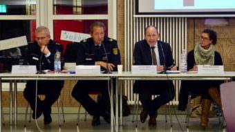 v.l. Klaus Pietsch, der damalige Polizeipräsident Thomas Köber, Sicherheitsdezernent Christian Specht bei der Sitzung des Bezirksbeirats Neckarstadt-Ost am 14.11.2018 | Foto: M. Schülke