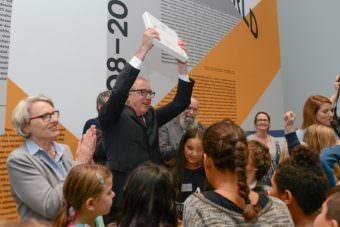 Oberbürgermeister Dr. Peter Kurz mit dem Weißbuch des Kindergipfels 2018 | Foto: Stadt Mannheim, Thomas Rittelmann