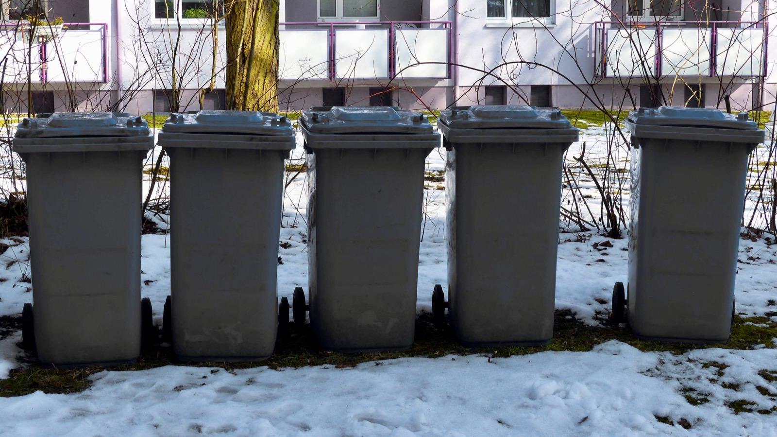 Abfalltonnen im Schnee (Symbolbild)   Foto: CC0 via pixabay