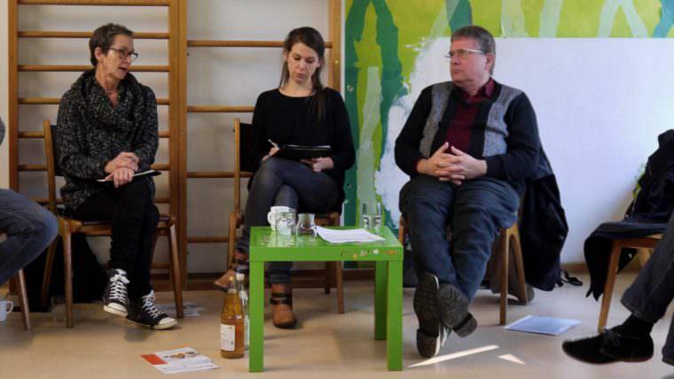 Andrea Gerth (links) vom Kinderladen Rappelkiste in Feudenheim) berichtet von enorm gestiegenem Verwaltungsaufwand für Elterninitiativen | Foto: M. Schülke