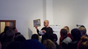 Karl-Heinz Royen erzählte von der jüngeren Geschichte des ehemaligen Ateliers, in dem auch die Initiative FairMieten gegründet wurde | Foto: M. Schülke