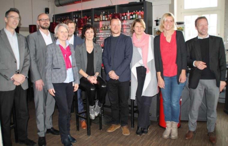 """Bürgermeisterin Dr. Ulrike Freundlieb (vorne links) gibt die Stadtschreiberin für Kinder- und Jugendliteratur, den """"Feuergriffel 2019"""" bekannt: Tania Witte (sitzend)   Foto: Stadt Mannheim"""