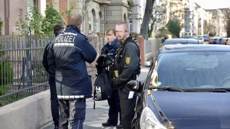 Leon Stockmann, Vorstandsmitglied der Jungen Alternative, wird nach dem Angriff von der Polizei durchsucht | Foto: privat