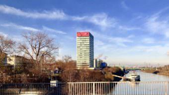 Die grelle Videowand am MVV-Hochhaus nervt, finden viele Mannheimer*innen | Foto: M. Schülke