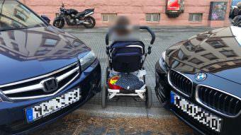 Eckenparker lassen für Fußgänger*innen, Kinderwagen oder Rollstühle kaum Platz | Foto: M. Schülke