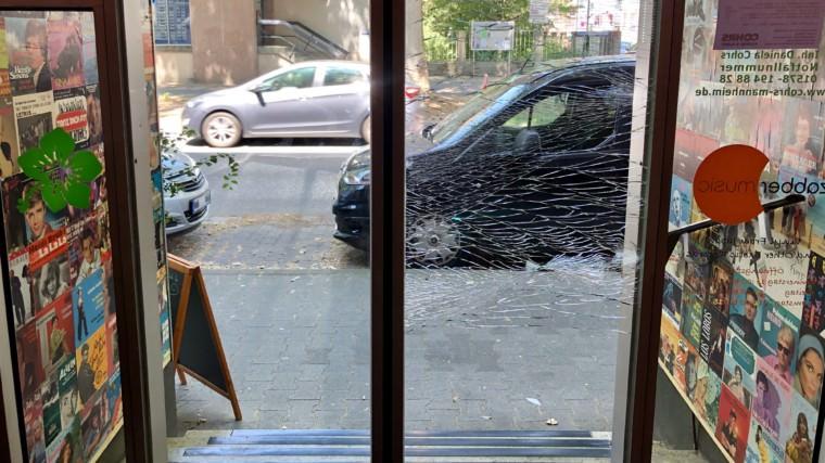 Das Sicherheitsglas der Eingangstür hielt trotz sichtbarer Brüche   Foto: M. Schülke
