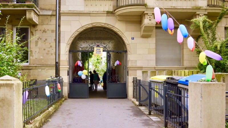 Bunte Ballons zeigen den Weg zum Flohmarkt im Hof (Archivbild 2018)   Foto: M. Schülke