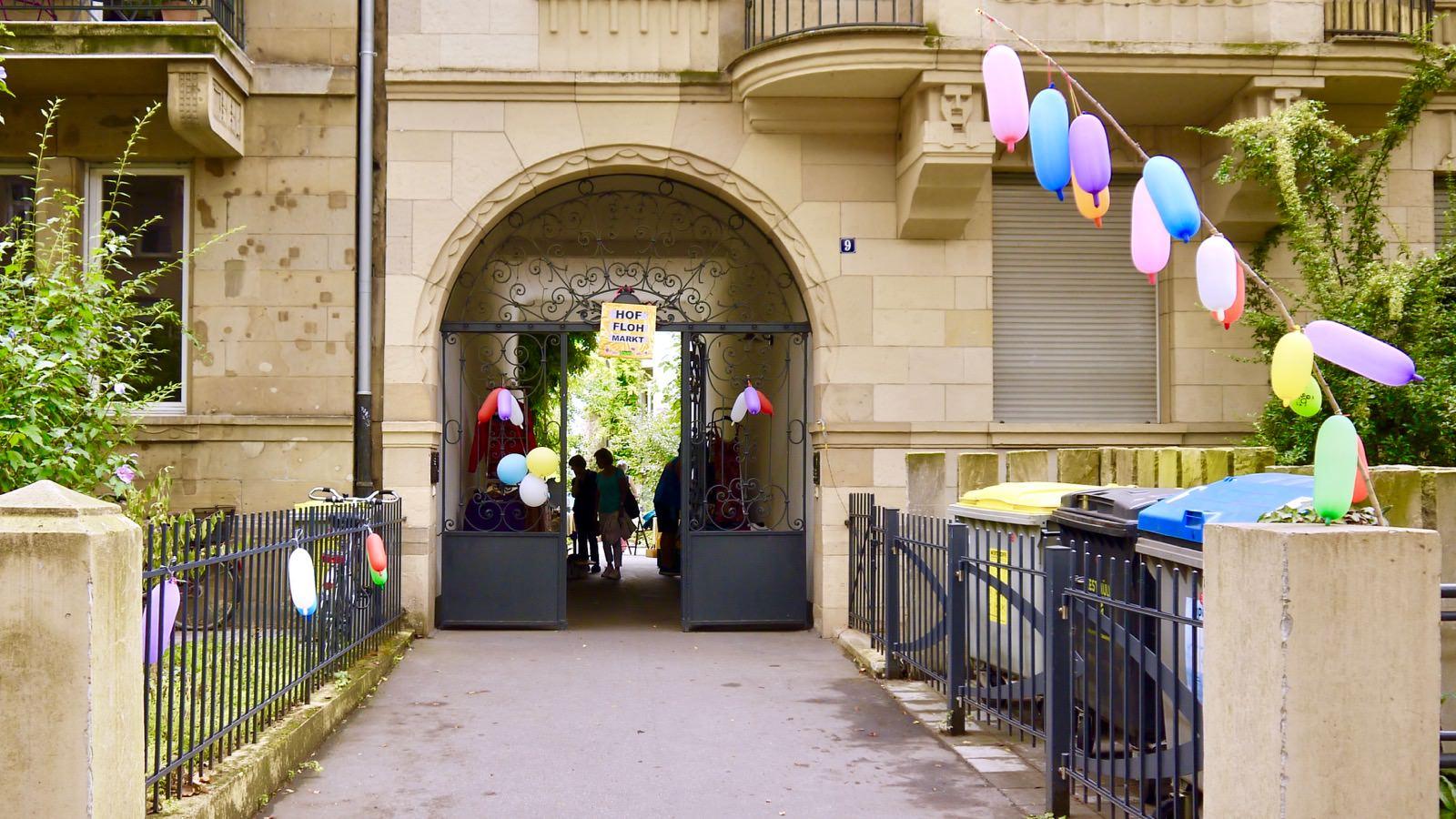 Bunte Ballons zeigen den Weg zum Flohmarkt im Hof (Archivbild 2018) | Foto: M. Schülke