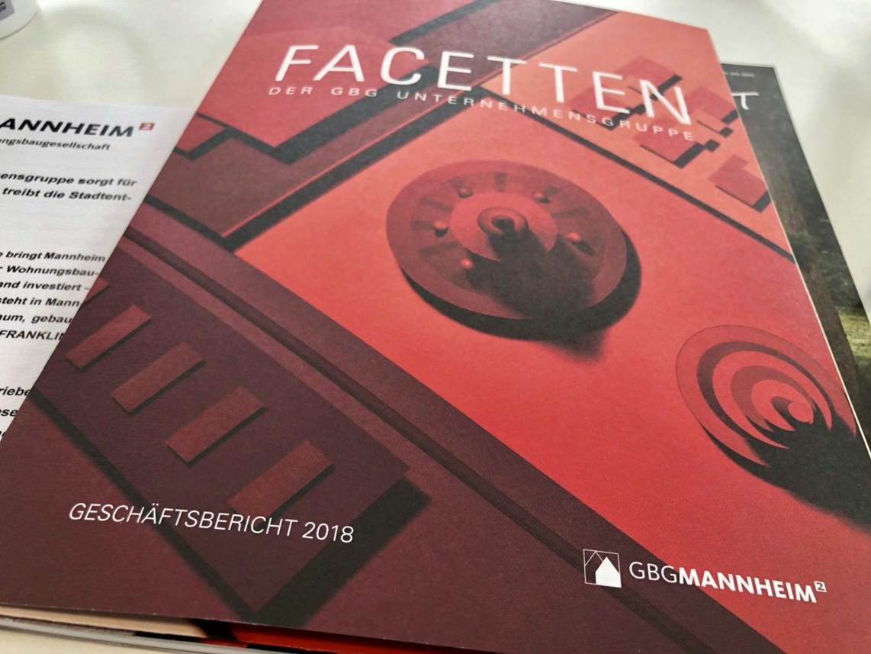 Auf 86 gedruckten Seiten in edlem Design bildet die kommunale Wohnungsbaugesellschaft ihr Geschäftsjahr 2018 ab | Foto: M. Schülke