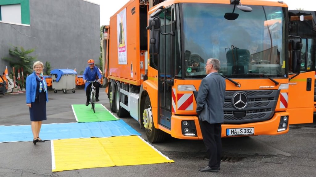 Umweltbürgermeisterin Felicitas Kubala präsentiert den Abbiegeassistenten   Foto: Stadt Mannheim