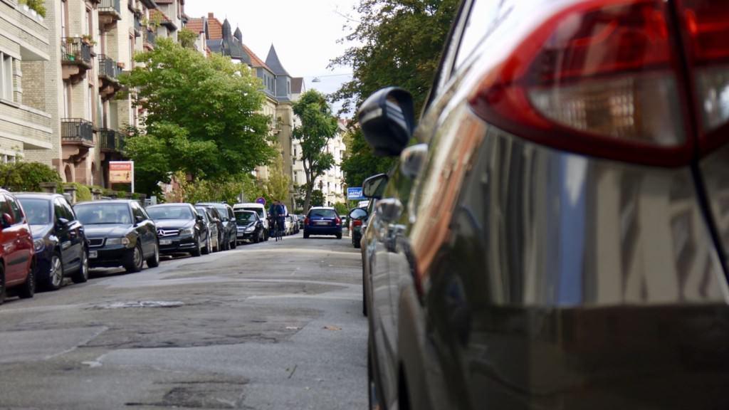 Wenig Platz für Menschen: Die Uhlandstraße ist eng und beidseitig zugeparkt | Foto: M. Schülke