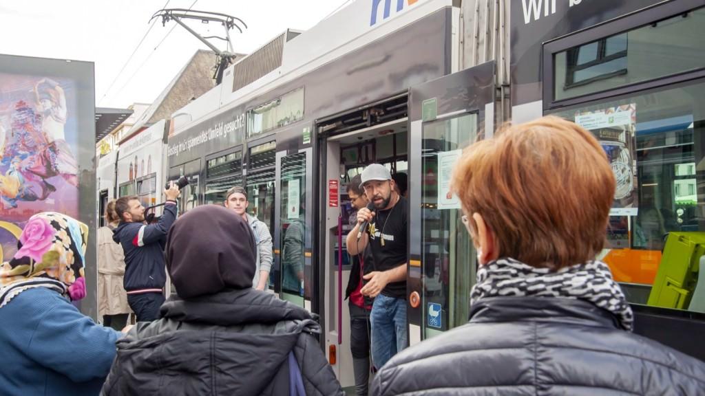 Tobias Schirneck sorgte mit den über zehn Jugendlichen von Younity und ihren Rap-Songs für Stimmung | Foto: rnv / Miriam Diaz