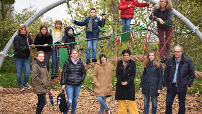 Neues Kletterelement wird von Kinder und Mütter aus dem Stadtteil gemeinsam mit Kolleg*innen vom Fachbereich Grünflächen und Umwelt, Jugendamt und MWSP eingeweiht | Foto: MWSP