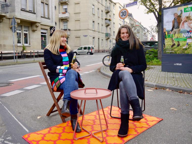 Die Hoffnung auf die kommende Verkehrswende macht den beiden Neckarstädterinnen gute Laune | Foto: M. Schülke