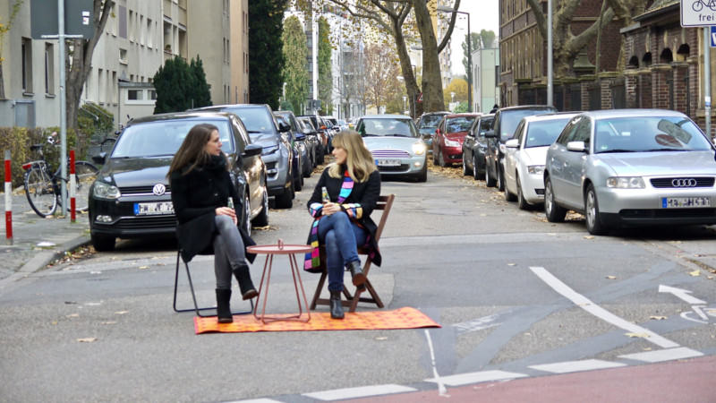 Warum gehört die Straße eigentlich nur den Autos? Christin Fuchs und Stefanie Heß nehmen (sich den) Platz | Foto: M. Schülke