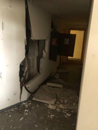 Durch die Wucht der Verpuffung wurden in zwei Stockwerken Löcher in die Gebäudeinnenwände gerissen | Foto: Stadt Mannheim