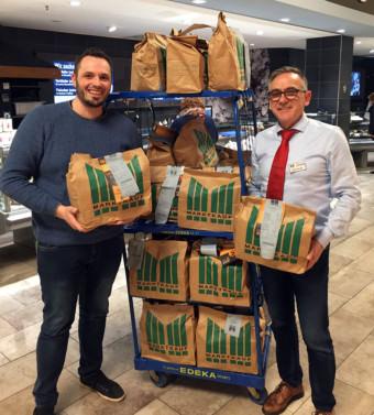 Marktleiter Harald Lammer (r.) übergibt die Tüten mit Lebensmitteln an Benjamin Klingler vom Quartierbüro Wohlgelegen | Foto: Caritas