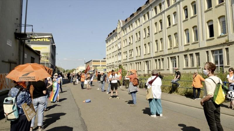 Mit Mundschutz und gebotenem Abstand traten über 300 Teilnehmende für die Rechte Geflüchteter ein | Foto: Helmut Roos (helmut-roos@web.de)