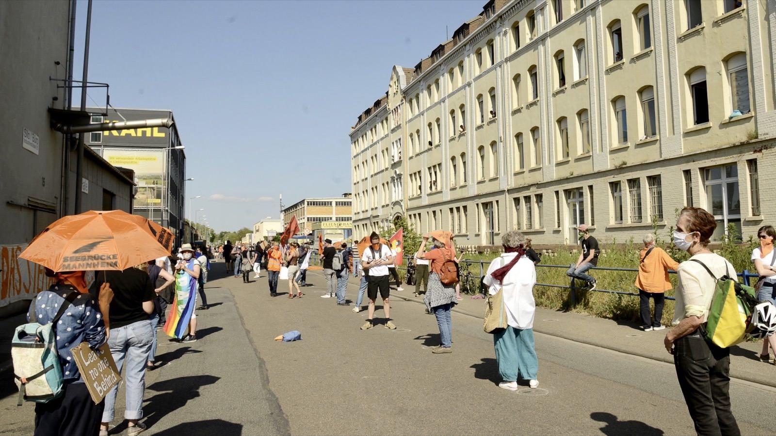 Mit Mundschutz und gebotenem Abstand traten über 300 Teilnehmende für die Rechte Geflüchteter ein   Foto: Helmut Roos (helmut-roos@web.de)