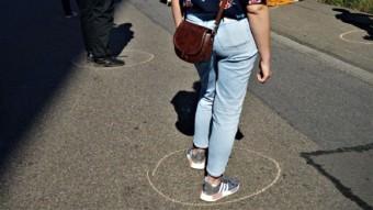 Markierungen auf dem Boden sorgten für den gebotenen Abstand beim demonstrieren   Foto: Christian Ratz