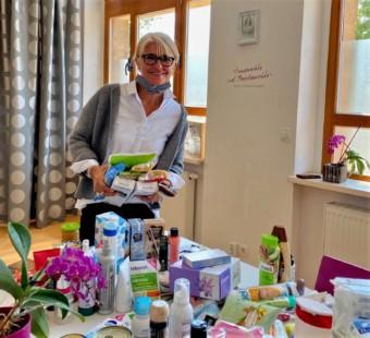 Ingrid Bosselmann-Weinland vom Lions Club mit Spenden | Foto: Diakonisches Werk Mannheim