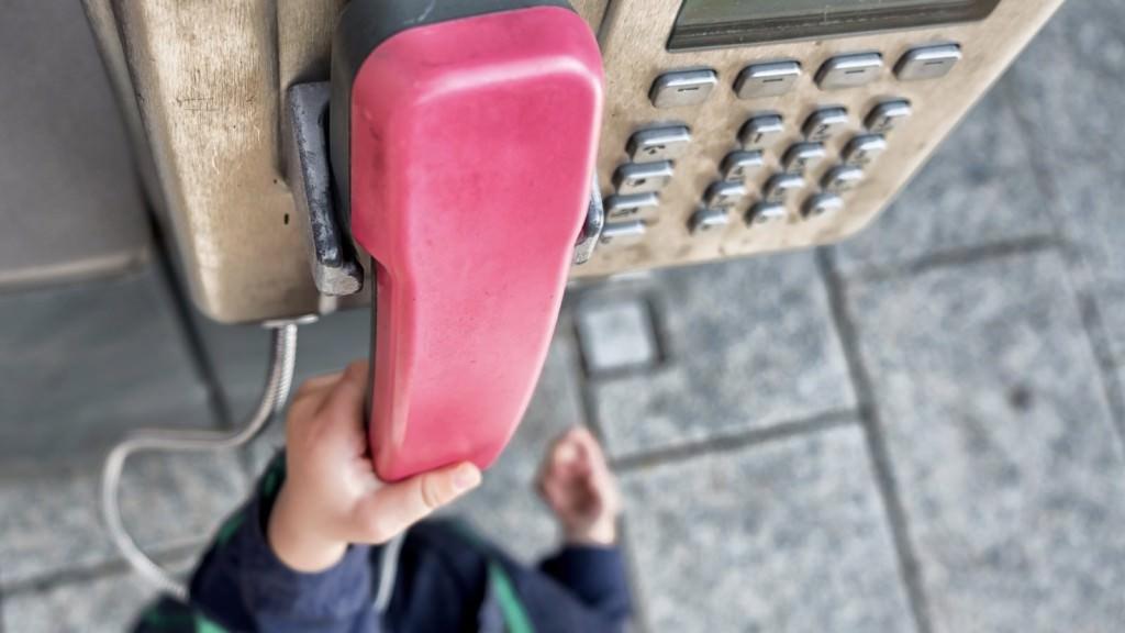 kinderhand an telefon symbolbild daniel nettesheim via pixabay 1024x576 - Städtisches Familientelefon eingerichtet