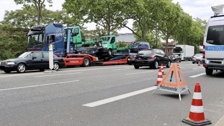 Schwerlastverkehrskontrollen auf der BBC-Brücke durch die Verkehrspolizei Mannheim   Foto: Stadt Mannheim