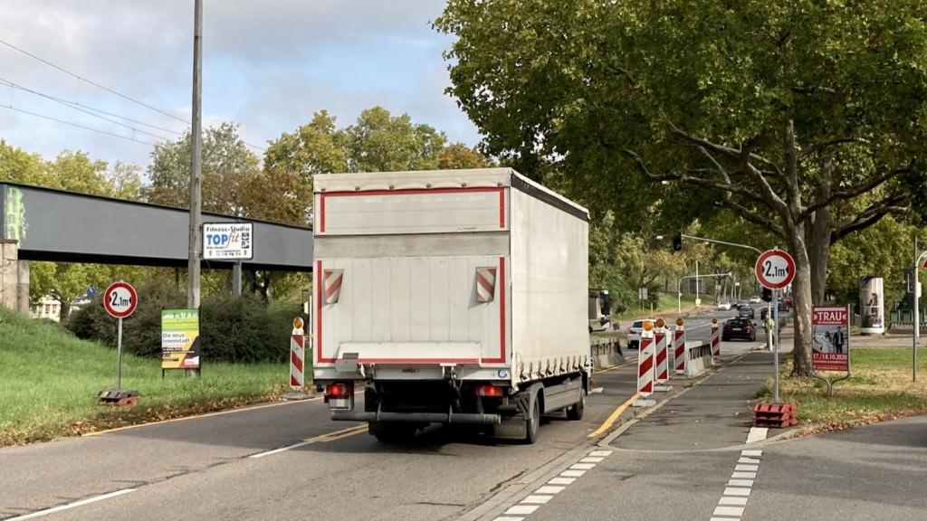 Die Stahlleitwände begrenzen die Zufahrt zur BBC-Brücke auf 2,10 Meter Breite | Foto: M. Schülke