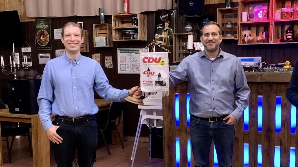 Christian Stalf übergibt mit dem CDU-Wimpel symbolisch den Ortsverband an den neu gewählten Ortsvorsitzenden Caner Yildirim | Foto: CDU Neckarstadt