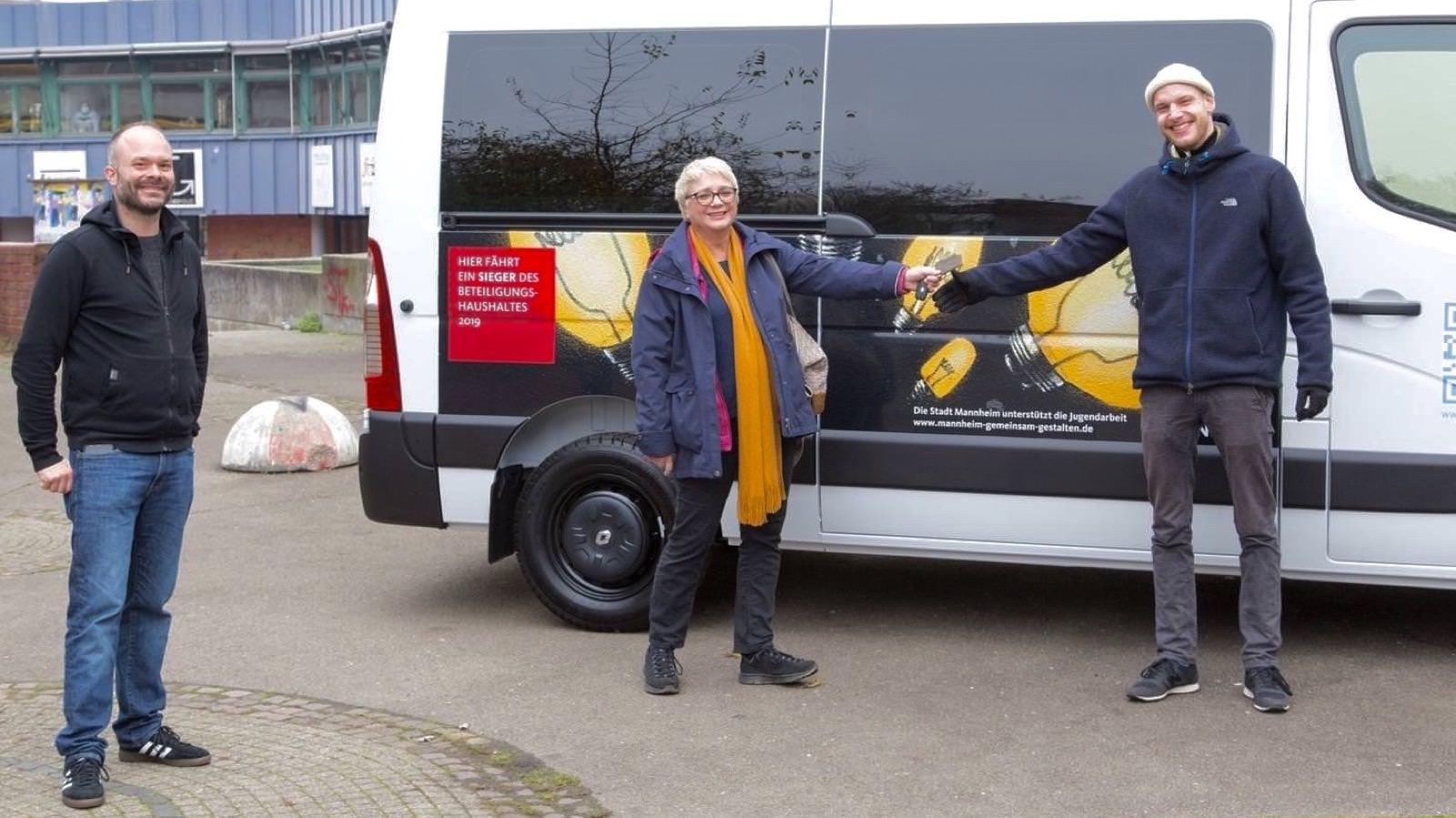 Petra Seidelmann von der Stadt Mannheim (Mitte) überreicht den Bus an Jan Sichau, Vorstand des Stadtjugendrings Mannheim e.V. (rechts). Links im Bild Ideengeber Andreas Lindemann | Foto: Stadtjugendring