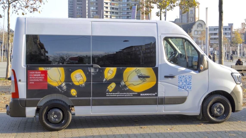 beteiligungshaushaltbusubergabe 201129 01 1142x642 - Bus für Jugendliche konnte endlich übergeben werden