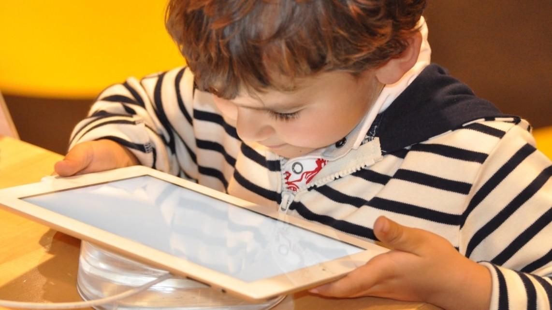 kind tablet symbolbild child 1183465 1920 nadine doerle pixabay 1142x642 - Jobcenter unterstützt Schüler*innen bei der Anschaffung von Laptops oder Tablets