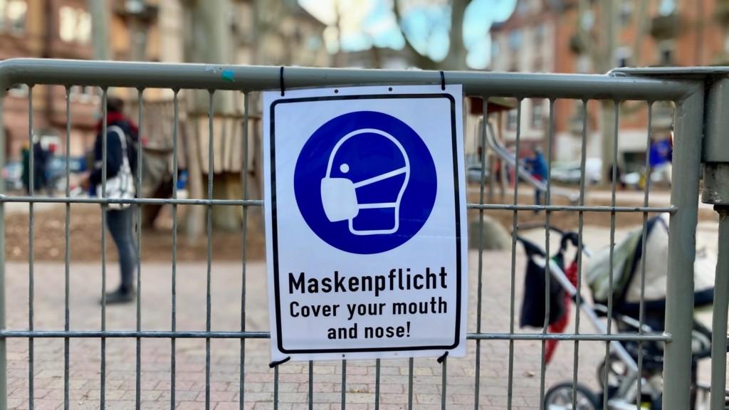 Seit geraumer Zeit gilt auch auf Spielplätzen Maskenpflicht | Foto: M. Schülke