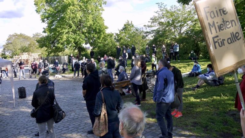 Knapp 150 Teilnehmende hielten unter den Augen der Polizei viel Abstand bei ihrem Protest | Foto: M. Schülke