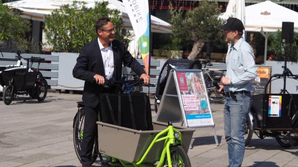Bürgermeister Ralf Eisenhauer (links) testete auf der Cargobike Roadshow am Alten Messplatz selbst ein Lastenrad-Modell | Foto: Stadt Mannheim