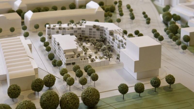 Der Platz (mittig) neben dem SWR-Neubau (rechts im Bild) soll als Grün- und Freifläche für die Öffentlichkeit gestaltet werden | Foto: M. Schülke